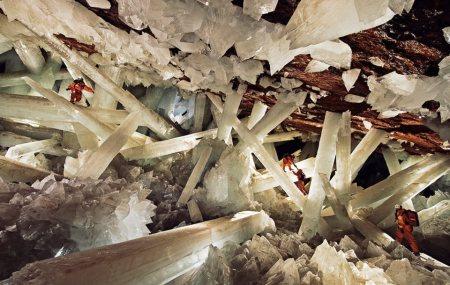 Cueva de los Cristales i Mexiko är en grotta fylld av gigantiska kristaller. Forskarna bär dräkter fyllda av is för att klara hettan.