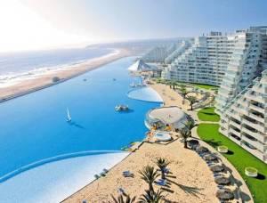 Poolen är över 1000 - 1013 - meter lång och har en egen strand Hotel san alfonso del Mar i Algarrobo CHILE, 300 miljoner liter vatten lika mkt vatten som 6000 normala pooler
