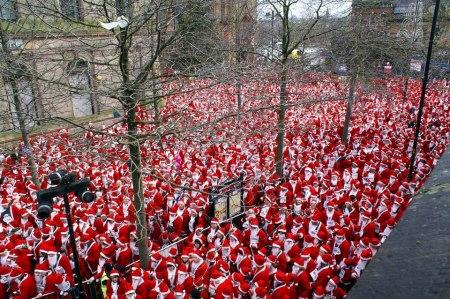Världens största samling jultomtar. Rekordet uppnåddes av 13 000 utklädda människor i Derry City i Nordirland 2007