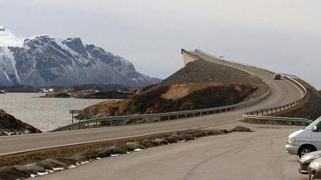 Bron över Storseisundet i Norge kallas ibland the road to nowhere. Formen på bron skapar en optisk illusion som kan göra den lugnaste bilisten nervös.