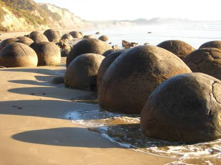 Dessa märkliga, sfäriska stenbumlingar är The Moeraki Boulders. Man hittar dem på Kokehoe Beach i Nya Zeeland där det sammanlagt finns mer än 50 av dem.