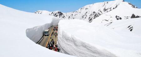 Tateyama Kurobe Alpine Route är en känd sightseeingtur i Japan där turister åker en bestämt rutt genom Hida-bergen