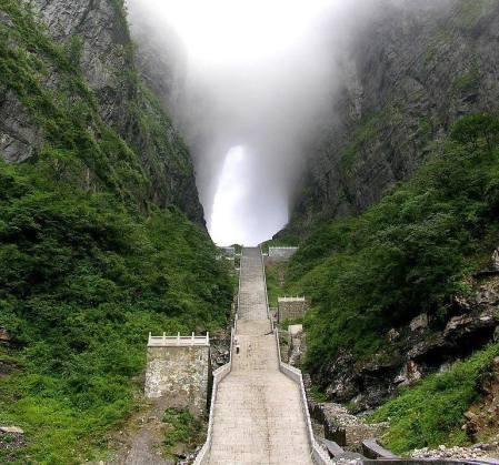 Uppe på berget Tianmen i Kina finns Heavens Gate - ett hål som går rakt igenom bergstoppen. En 999 steg lång trappa